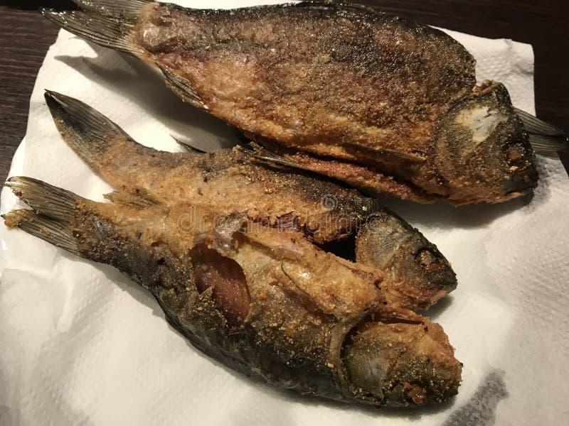 Fritando peixes apronte para o alimento foto de stock