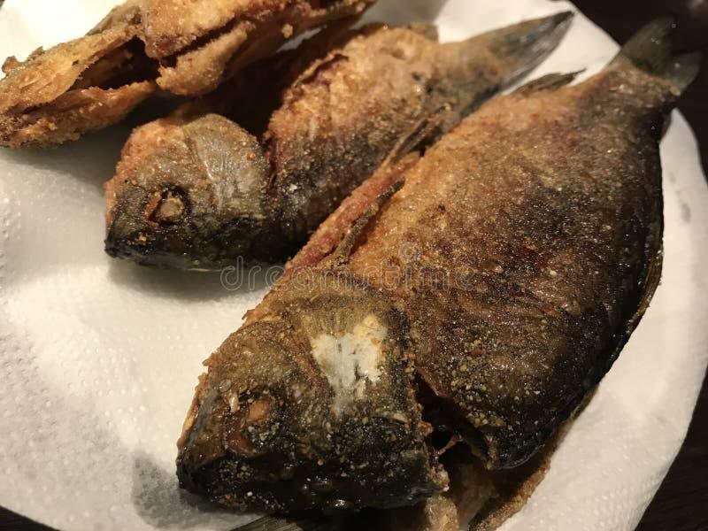 Fritando peixes apronte para o alimento imagens de stock royalty free