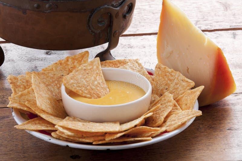 Frites et sauce au fromage de maïs images stock