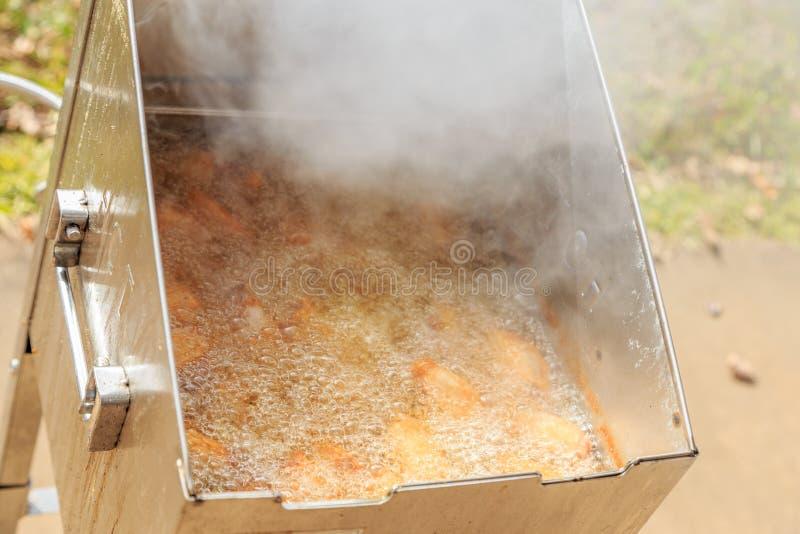 Friteuse profonde émettant la fumée ou la vapeur de la chaleur images stock