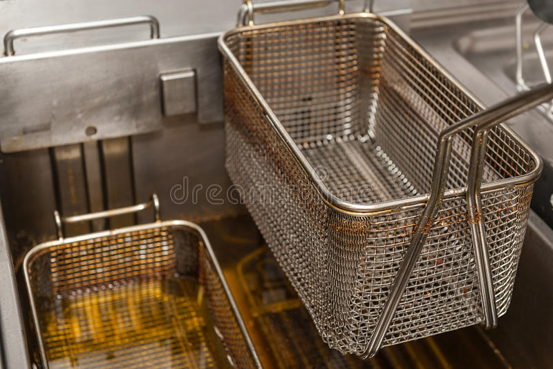 Friteuse profonde dans la cuisine de restaurant photographie stock libre de droits