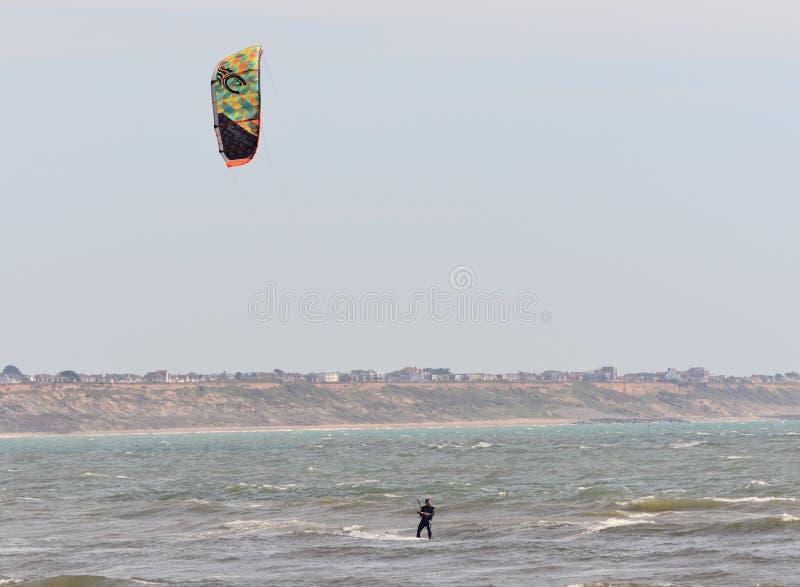 Fritids- handling för vattensportar En Kiteboarder som rider vågorna Dorset UK Maj 2018 royaltyfria foton
