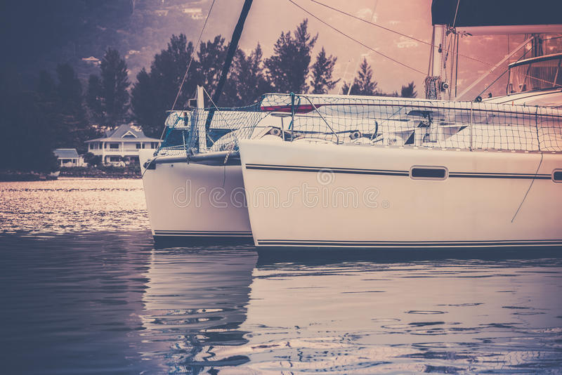 Fritids- yacht i solljusogenomskinlighet på den fråna Seychellerna kusten royaltyfri foto