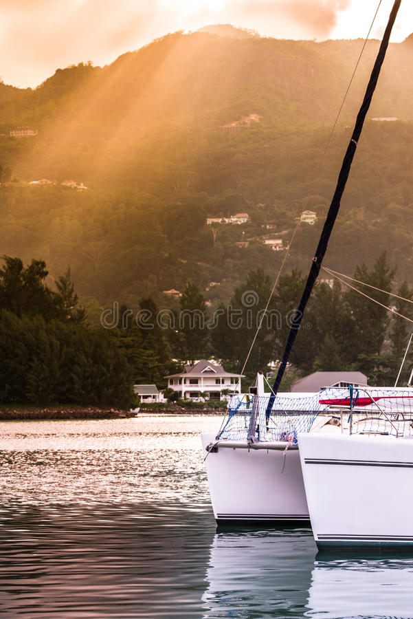 Fritids- yacht i solljusogenomskinlighet på den fråna Seychellerna kusten fotografering för bildbyråer