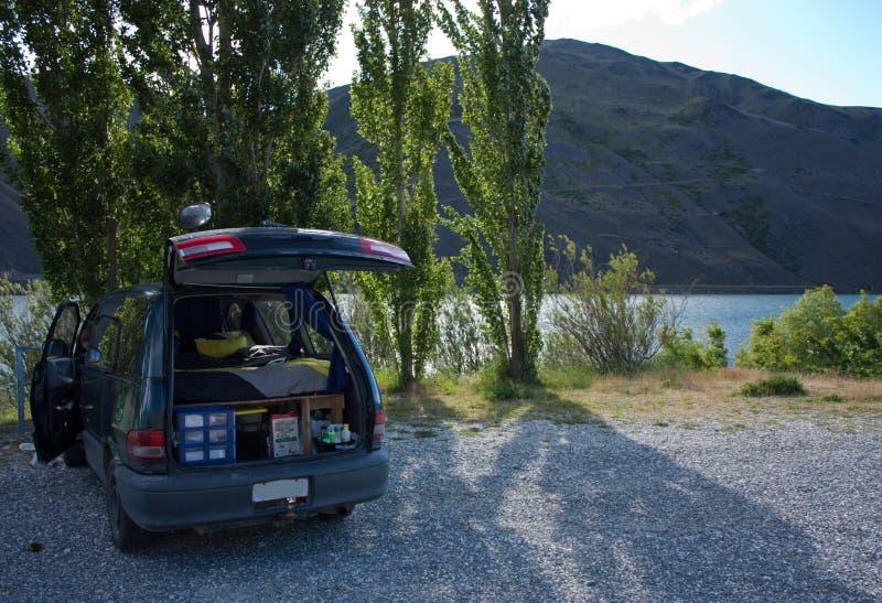 Fritt campa med en campareskåpbil vid fördämningen mellan Alexandra och Clyde i Nya Zeeland royaltyfri foto