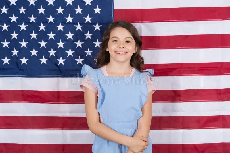 Fritt fött och fritt som födas upp Bekymmerslöst småbarn som tycker om lycklig barndom Lycklig liten flicka som ler på amerikansk arkivfoton