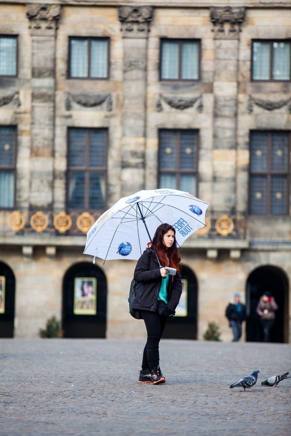 Fritt gå turnerar handboken på Dam Square i Amsterdam royaltyfria bilder