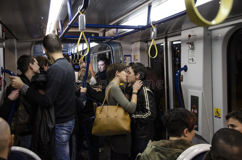 Fritt kyssa, exponeringsfolkhop mot omophobiaen, Firenze arkivbilder