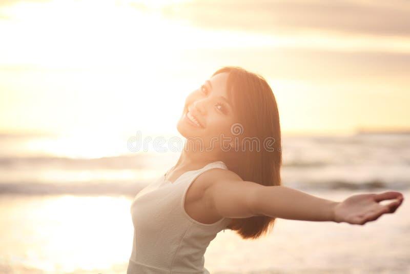 Fritt leende och lycklig kvinna arkivbild