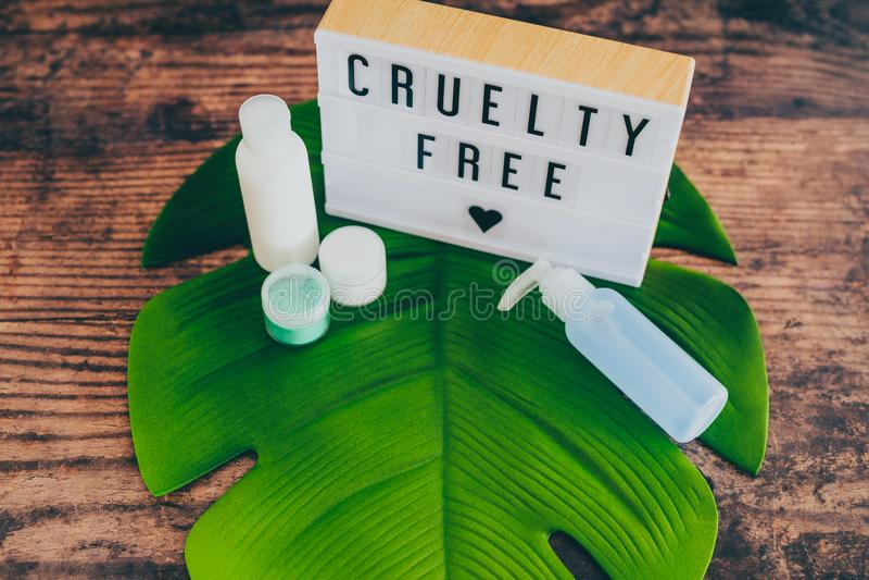 Fritt meddelande för grymhet på lightbox med skincareprodukter, strikt vegetarianetik royaltyfri fotografi