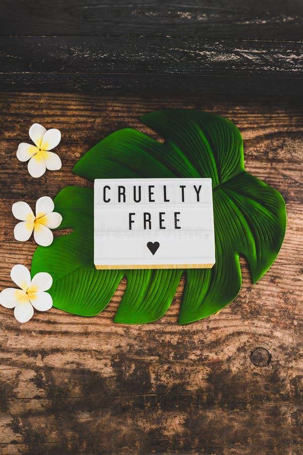 Fritt meddelande för grymhet på lightboxstrikt vegetarianprodukter och etik arkivfoton