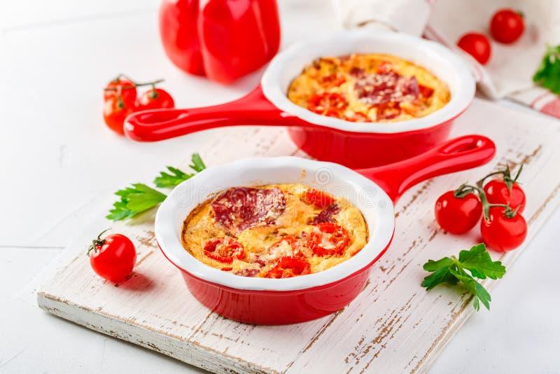 Frittata со свежими овощами и салями стоковые изображения