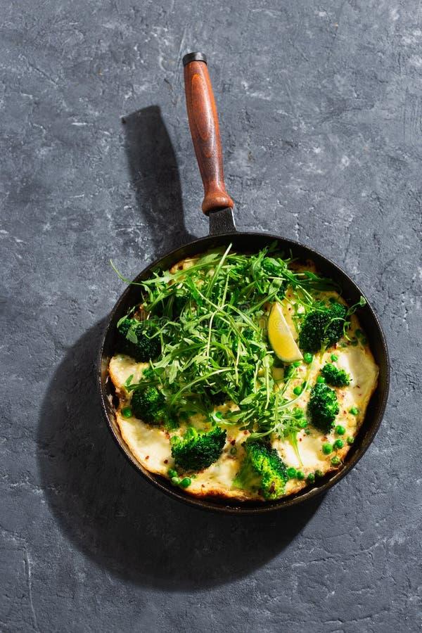 Frittata au brocoli, pois verts mozzarella poêle à frire vue du dessus photo stock