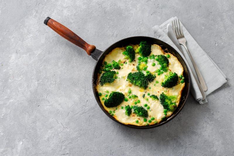 Frittata au pois vert brocoli mozzarella poêle à frire vue sur le dessus photographie stock