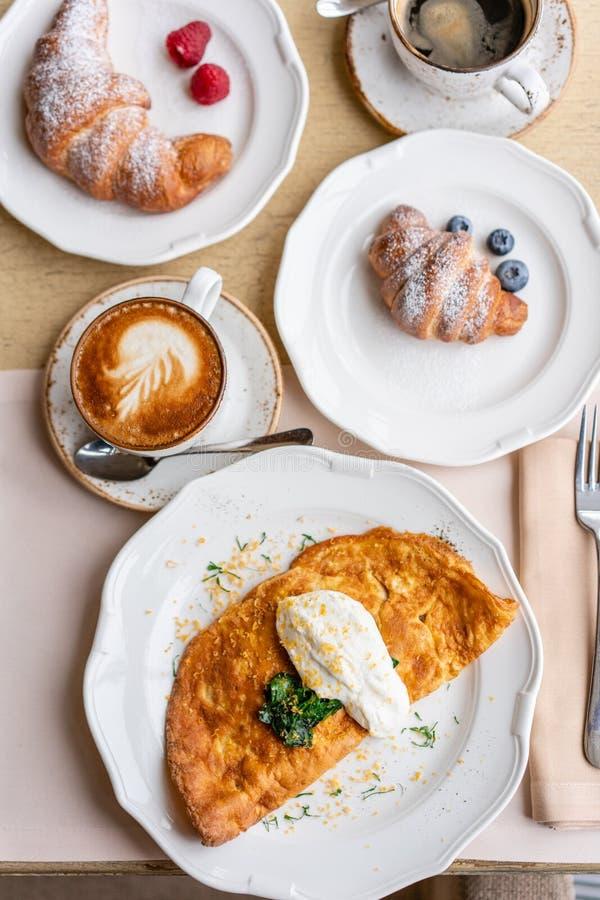 Frittata de petit déjeuner - omelette d'Italien Omelette avec les tomates, l'avocat, les épinards et le fromage à pâte molle Croi photos libres de droits
