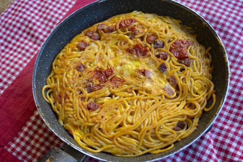 Frittata italiano de los espaguetis foto de archivo libre de regalías