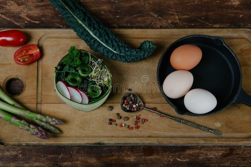 Frittata met asperge ingridiens royalty-vrije stock foto