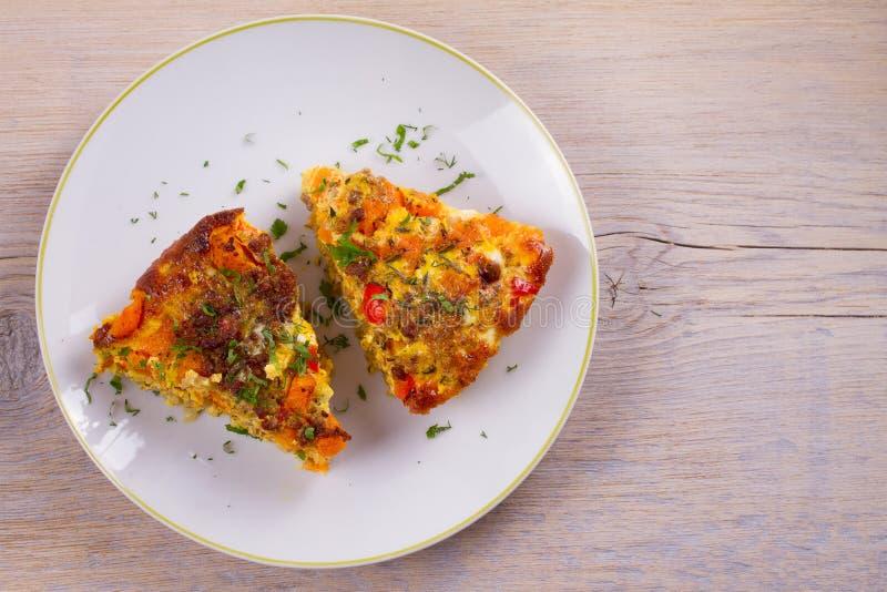Frittata robić z jajkami, wołowiny kiełbasa, kabaczek i czerwony dzwonkowy pieprz, bani lub butternut zdjęcie stock