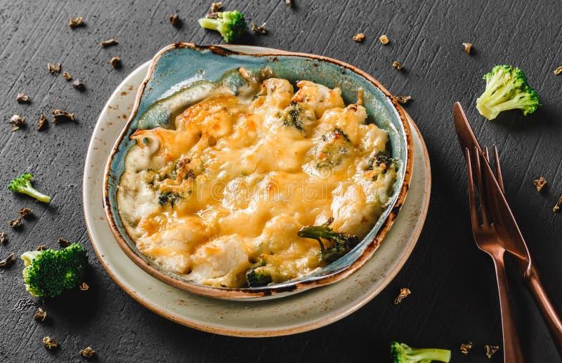 Frittata vegetal com batata, brócolis, queijo na placa sobre o fundo escuro Alimento saudável do vegetariano, comer limpo, fazend foto de stock