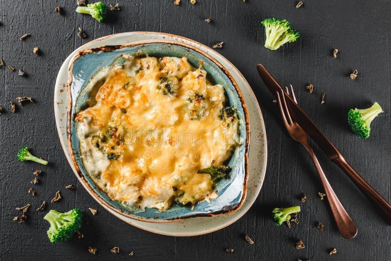 Frittata vegetal com batata, brócolis, queijo na placa sobre o fundo escuro O alimento saudável do vegetariano, limpa comer imagem de stock