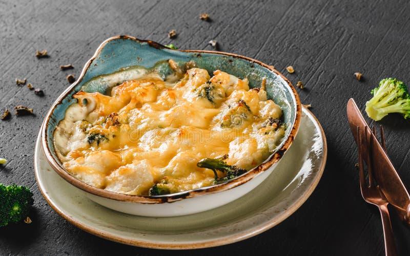 Frittata vegetal com batata, brócolis, queijo na placa sobre o fundo escuro O alimento saudável do vegetariano, limpa comer imagens de stock