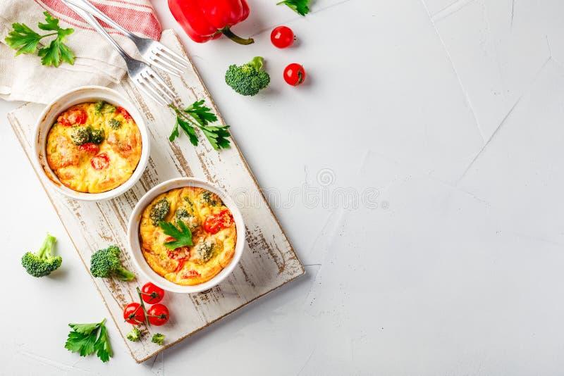 Frittata vegetal con bróculi, paprika rojo y la cebolla roja en sartén del arrabio  Visi?n desde arriba imagen de archivo