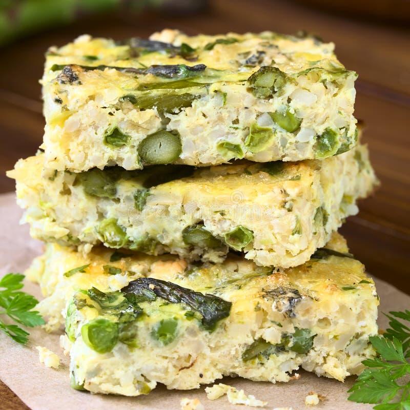 Frittata verde del espárrago, del guisante y del queso verde fotografía de archivo libre de regalías