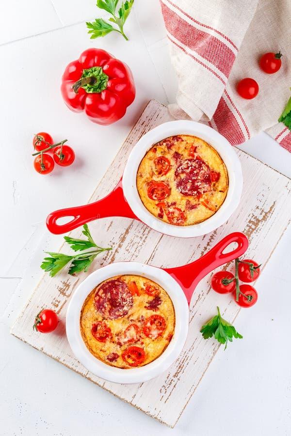 Frittata z świeżymi warzywami i salami zdjęcia stock