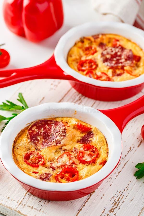 Frittata z świeżymi warzywami i salami obraz stock