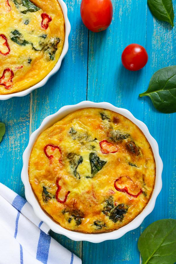 Frittata z świeżymi warzywami i szpinakami Włoski omlet w ceramicznych formach obrazy stock