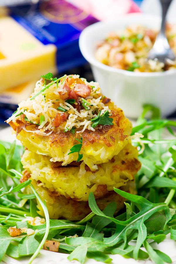 Frittelle della patata con un'insalata verde fotografia stock