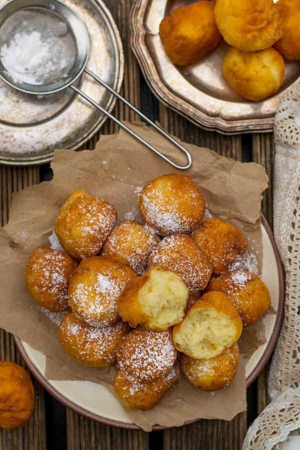 Frittelle dolci fritte nel grasso bollente casalinghe di ricotta fotografia stock libera da diritti