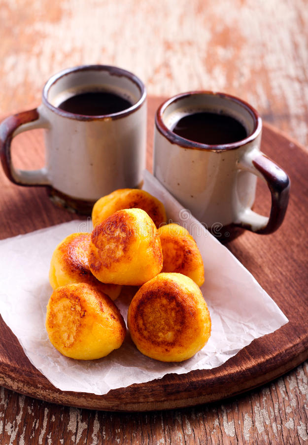 Fritters και φλιτζάνια του καφέ ricotta βανίλιας στοκ φωτογραφία με δικαίωμα ελεύθερης χρήσης