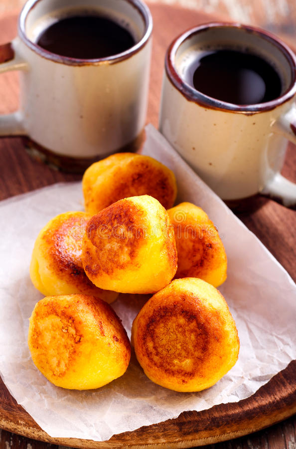 Fritters και φλιτζάνια του καφέ ricotta βανίλιας στοκ εικόνες