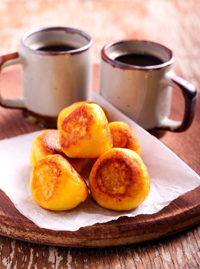 Fritters και φλιτζάνια του καφέ ricotta βανίλιας στοκ φωτογραφίες με δικαίωμα ελεύθερης χρήσης