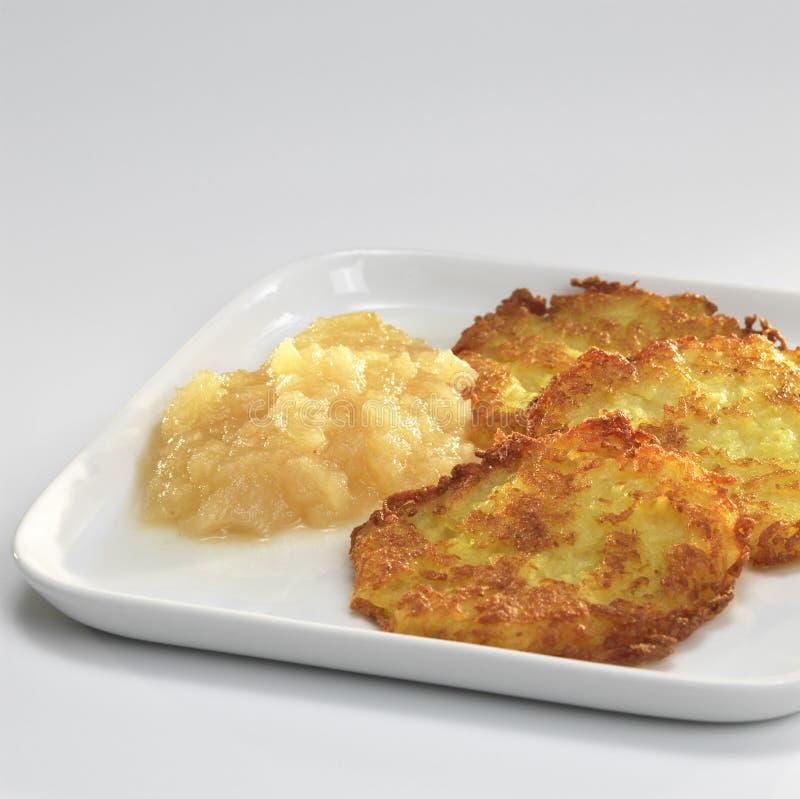 Fritters πατατών με τη σάλτσα μήλων στο πιάτο στοκ φωτογραφίες με δικαίωμα ελεύθερης χρήσης