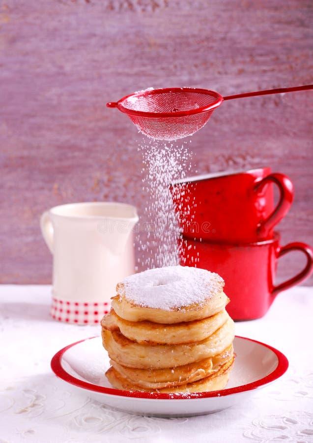 Fritters της Apple με την κονιοποιημένη ζάχαρη στοκ εικόνες