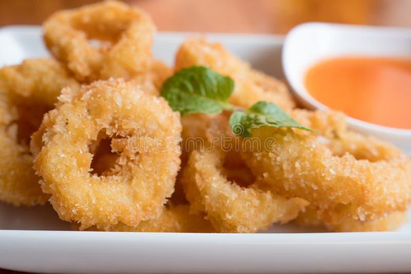 Frittierte Calamari-Ringe stockfotos