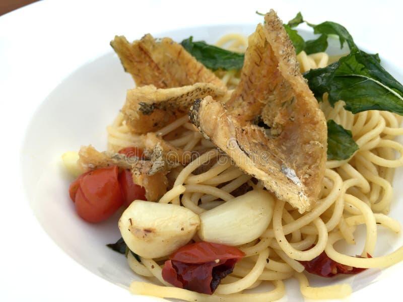 Frittierte Fische mit Knoblauch und getrockneten Paprikaspaghettis lizenzfreies stockfoto