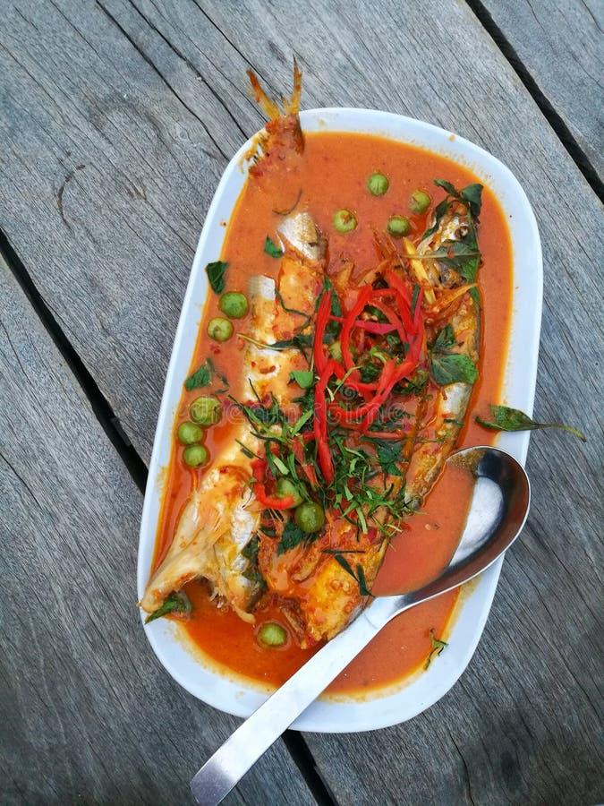 frittierter Fischcurry auf hölzerner Tabelle lizenzfreie stockfotos
