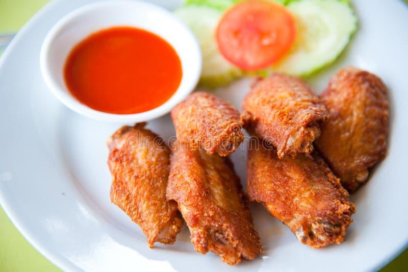 Frittierter würziger Hühnerflügel mit Soße stockfoto