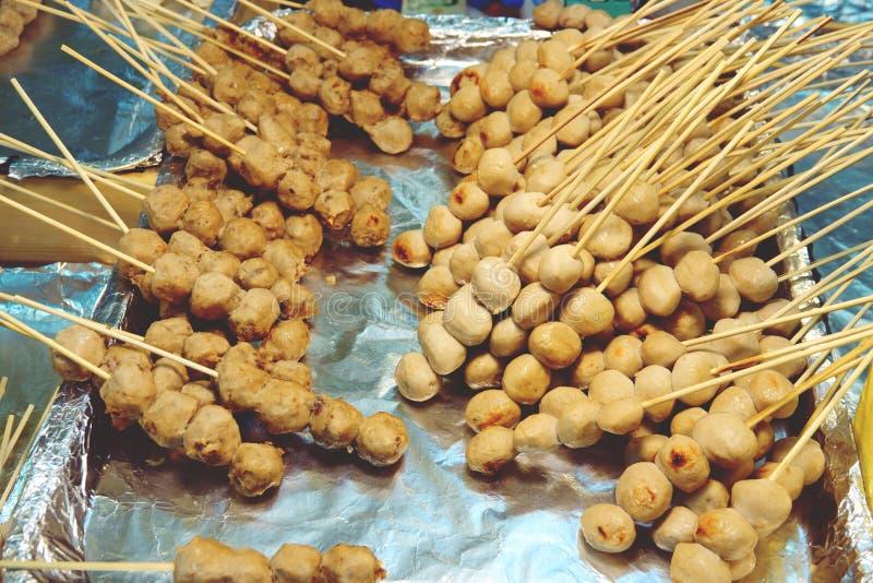 Frittiertes Fleischklöschen mit thailändischer Straßennahrung der Stöcke stockbilder