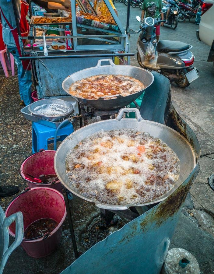 frittiertes Hühnergeschäft am lokalen Straßenmarkt lizenzfreie stockbilder