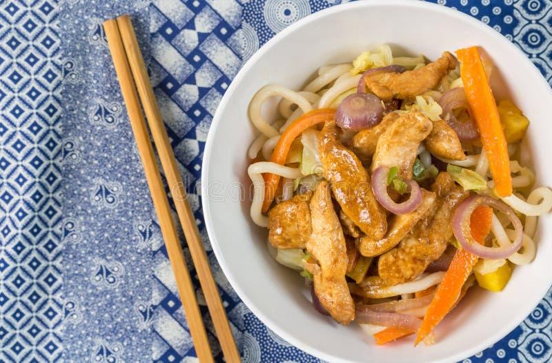 Frittura cinese di scalpore del pollo con le tagliatelle immagine stock libera da diritti