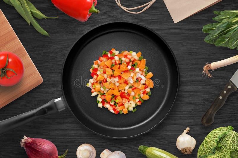 Frittura dei pezzi di verdure in una pentola Preparando gli ingredienti per il piatto capo immagini stock libere da diritti
