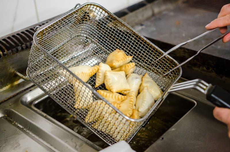 Frittura del frita di torta in un canestro d'acciaio fotografia stock