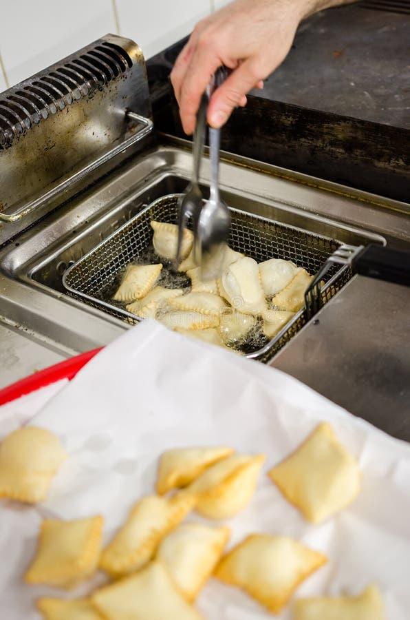 Frittura del frita di torta in un canestro d'acciaio immagini stock libere da diritti