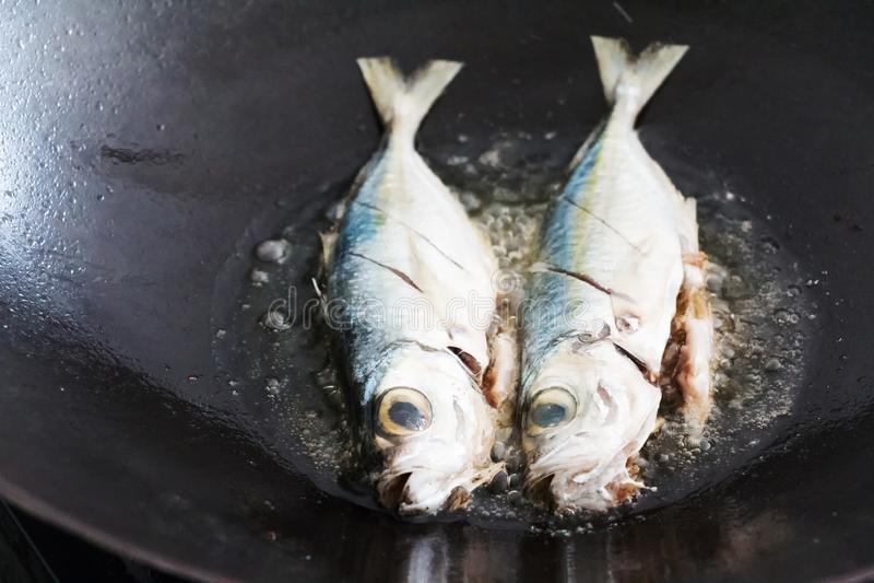 Frittura del pesce in olio profondo immagini stock libere da diritti