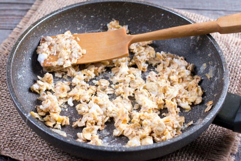 Frittura dell'uovo con la farina d'avena in una padella Prima colazione sana, cibo sano, concetto dell'alimento del vegano immagine stock