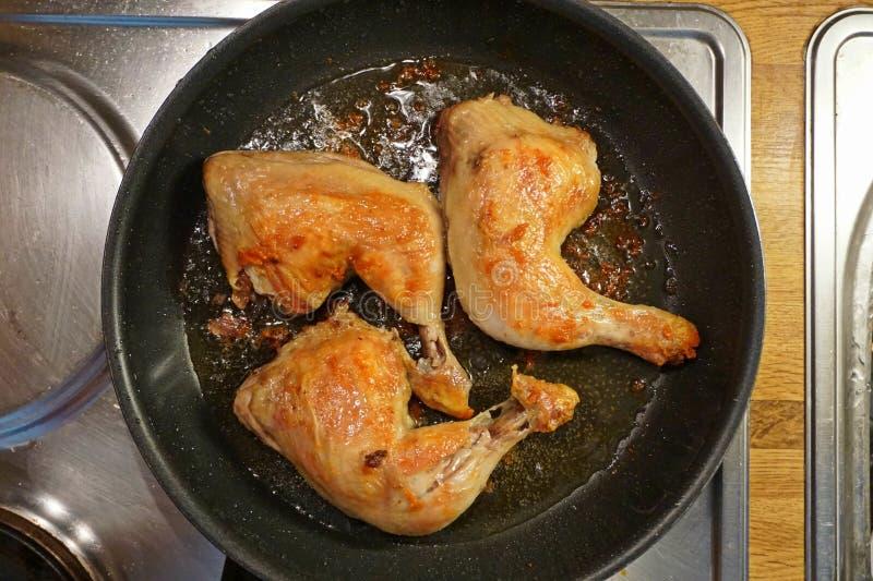 Frittura delle bacchette di pollo in una padella immagini stock libere da diritti